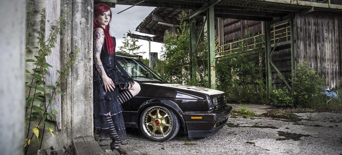 Yvonne mit dem VW Golf 2 welcher ein ap Gewindefahrwerk verbaut hat
